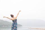 海でリラックスする女性