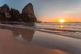 oucher de soleil sur plage de Railay, krabi, Thaïlande