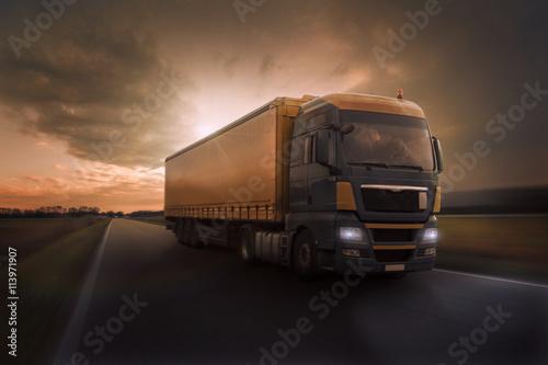 fototapeta na ścianę Truck im Abendrot auf Landstraße