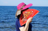 la signora col ventaglio in spiaggia