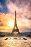 Eiffelturm in Paris Frankreich bei Sonnenuntergang
