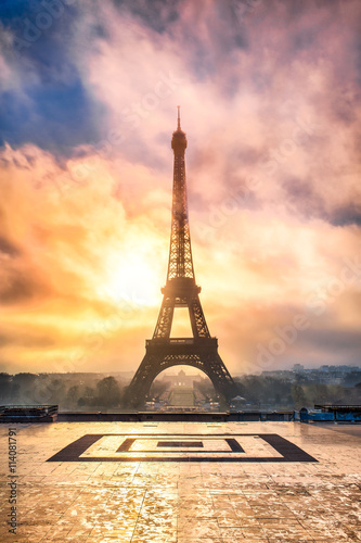 Poster Eiffelturm in Paris Frankreich bei Sonnenuntergang
