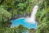 Błękitny wodospad w dżungli / krajobraz