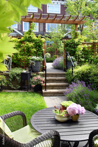 Incroyable Small Townhouse Perennial Garden. Also Available In Horizontal.