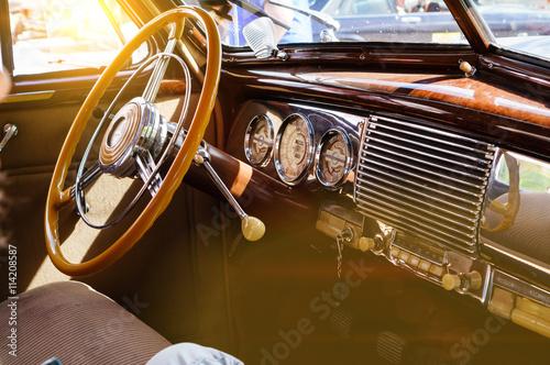 Wnętrze klasyczny rocznika samochód z słońca świeceniem
