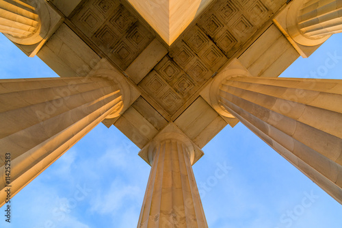 Plafond Symmetrical au Top Corner of Lincoln Memorial Roof au cours tôt le matin DC Sunrise Poster