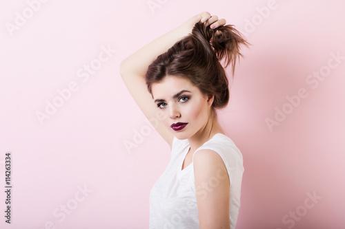 Portrait de jolie fille avec des lèvres rouges sur fond rose. Poster