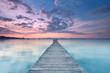 langer Holzsteg am Strand von Alcudia zum Sonnenaufgang
