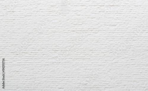 ceglany-mur-pomalowany-biala-farba
