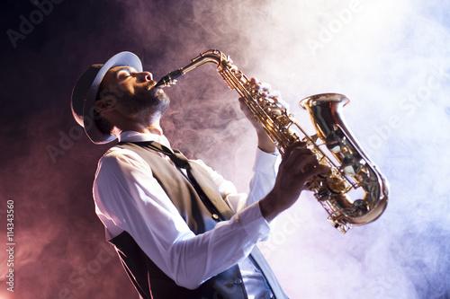 Saxofonista retro entre humo - 114343560