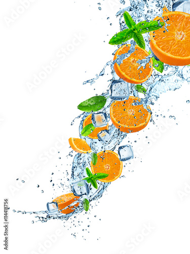 swieze-owoce-w-plusk-wody-nad-bialym