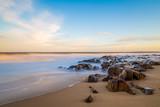 Bateaux de pêche sur la plage de Cabo Polonio en Uruguay ( longue exposition )