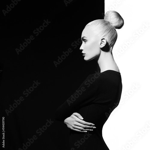 Foto op Aluminium womenART Elegant blode in geometric black and white background