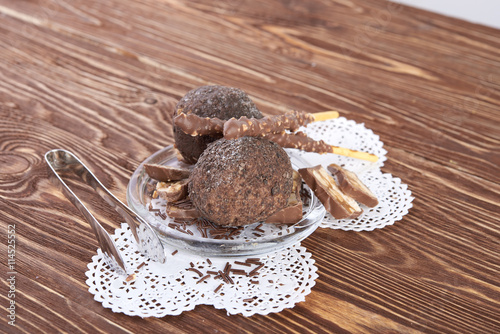 obraz PCV Cupcake with chocolate on wooden background