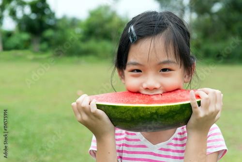 Zdjęcia na płótnie, fototapety, obrazy : Asian child eating watermelon