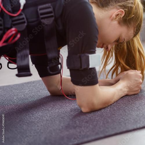 Poster Junge Frau beim ems-Training im Studio