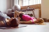 frauen machen gymnastik im fitness-club
