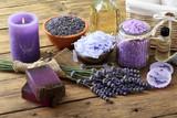 lavanda prodotti per cura e igiene del corpo su sfondo di legno rustico - 114622171