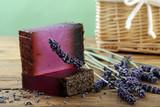 lavanda sapone con fiori di lavanda su sfondo di legno rustico