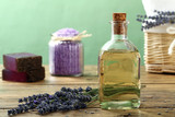 essenza o olio di lavanda su sfondo di legno rustico