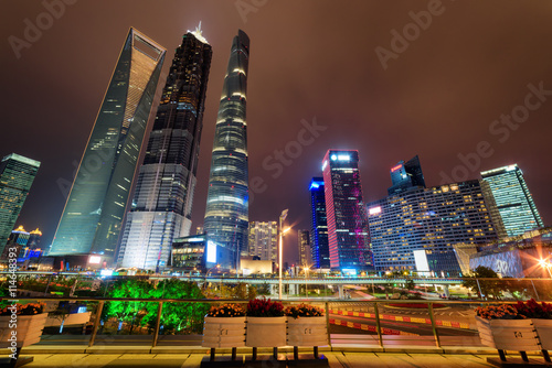 Foto op Plexiglas Shanghai Night view of famous skyscrapers and other modern buildings