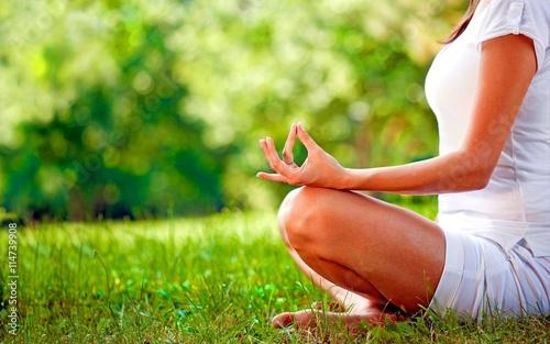 Mulher meditando em um jardim