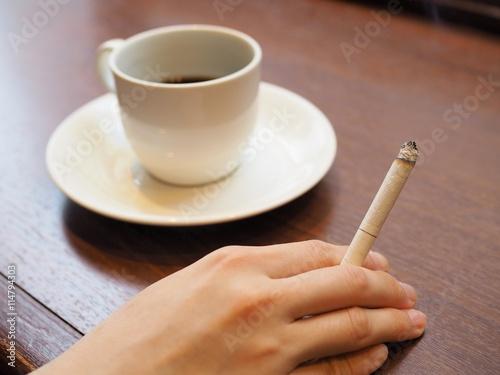 煙草を吸う女性の手とコーヒー Poster