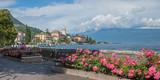 Malerische Uferpromenade mit Rosen in Gardone am Gardasee - 114907945