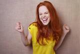 Fototapety lachende frau tanzt vor freude