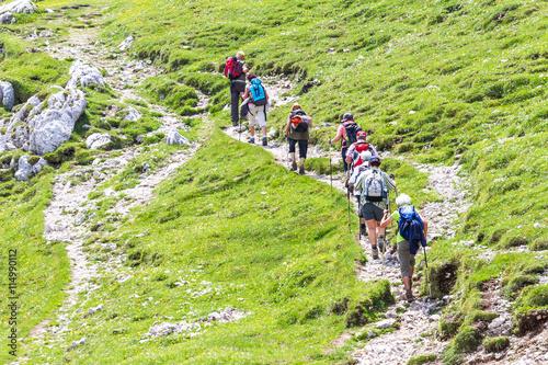 Wandergruppe erklimmt Berg Poster