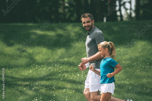 Foto Spatwand Hardlopen Father and daughter jogging.