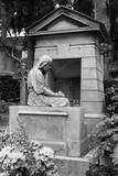 Grabfigur auf dem Cimitero Acattolico in Rom - Frau trauernd vor einer Gruft