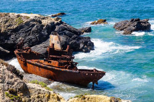 Keuken foto achterwand Schipbreuk Schiffswrack an der Küste in Portugal