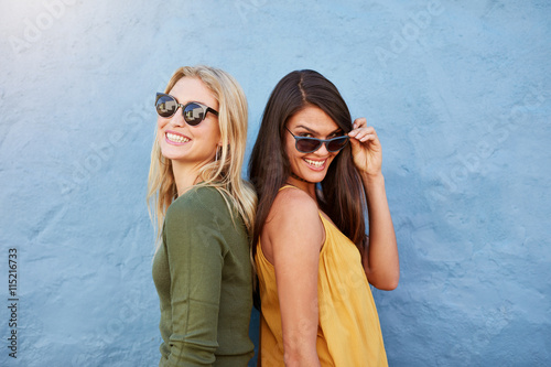 mata magnetyczna Happy young female friends standing together