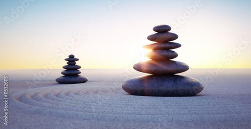 Steintürme mit Sandwellen in Sonnenuntergang