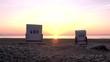 Strandkörbe am Sandstrand auf der Insel Usedom im Sonnenaufgang (timelapse)