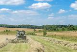 tracteur agricole avec râteaux à foin