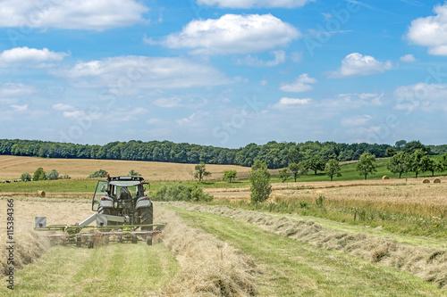 Poster tracteur agricole avec râteaux à foin