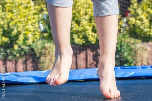 Poster Kind springt auf Trampolin