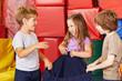 Kinder beim Aufräumen in Turnhalle