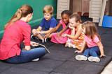 Fototapety Gruppe Kinder redet über Buch im Kindergarten