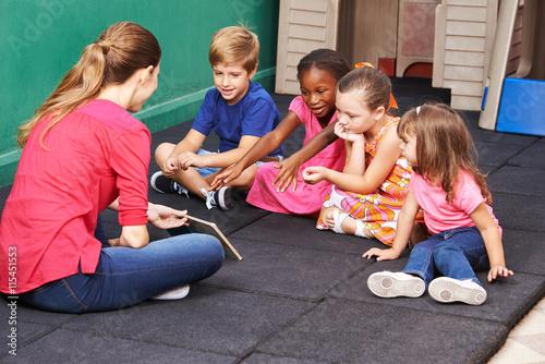 Gruppe Kinder redet über Buch im Kindergarten