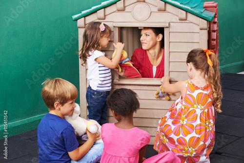 Kinder bei Puppentheater im Kindergarten Poster