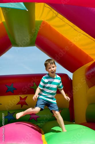 Kind auf Hüpfburg