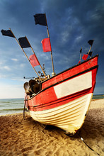 Bateau de pêche sur le rivage de la mer Baltique.