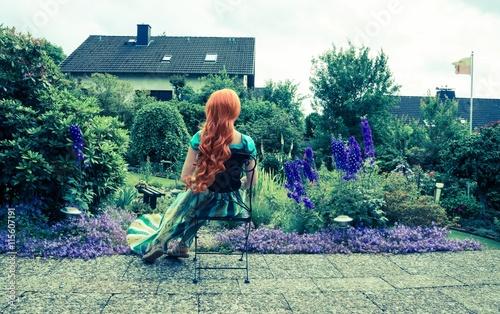 Frau (Cosplay) auf der Terrasse im Garten