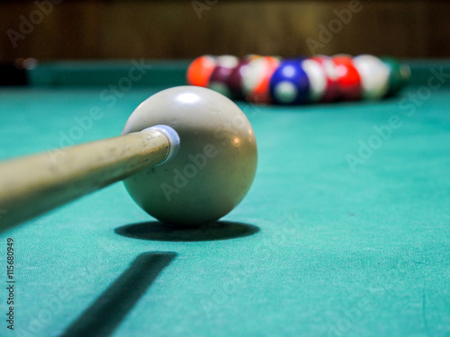 Staande foto pool game ready to start with pool cue against white ball