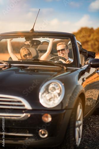 Freiheit - Pärchen Auto im ist glücklich Poster