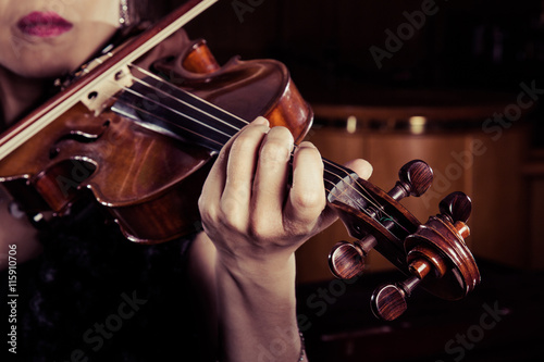 mata magnetyczna バイオリンを弾く女性