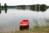 лодка стоит у причала